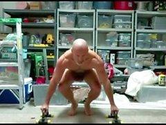 lihas isä poseeraa flex alasti