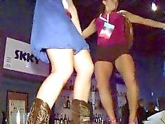 público bar borracho joven con chica a tanteando