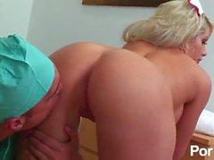 infirmière embrasser grande seins faux seins fellation orale