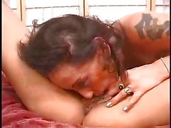grande clitóris close-up comer buceta lésbica tatuagem