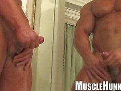 gay coppia gay masturbazione muscolare dietro le quinte
