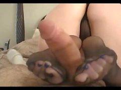 adolescente joven trabajando con el pie pantys pantimedias footjob -