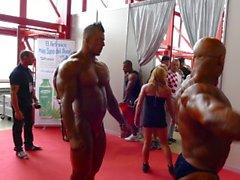 kehonrakentajat poseeraa lihas