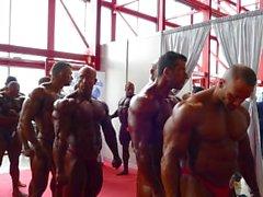 bodybuilder posa muscolo