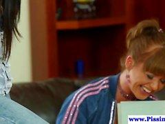 lesbiennes triplettes godemiché pisser dans l'action des vidéos hd