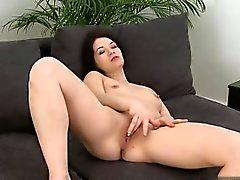 brunette hardcore masturbation petits seins
