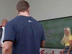 salle de classe écolières nues école