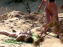 adolescente joven público fuera playa