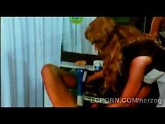 blondine blowjob brünett behaart handjob