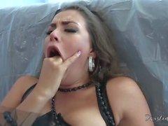 le sexe oral brunette deepthroat pornstar bâillonnement