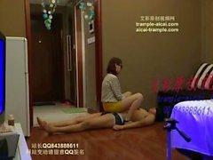 chino femdom pisotear