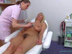 lesbica masturbazione peeing biondo