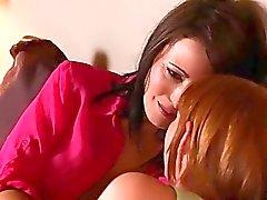 garota com garota beijando lésbica