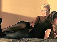 brunetta lesbica masturbazione nylon strapon