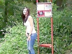 brunette fétiche de plein air public