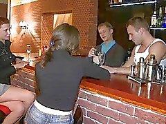 bar groepsseks tiener teen pijpbeurt actie