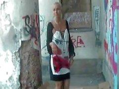 блондинках европейка милашка вспышка мигающие движения на публике голым
