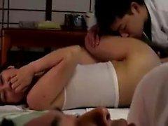 asiático bebé mamada digitación