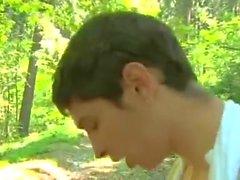 gay dilettante senza sella all'aperto nel parco
