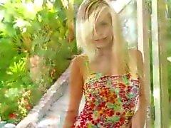 blond dildo groot masturbatie