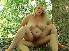 Порно русская толстушка в лесу