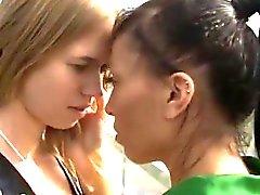 loira morena lésbica ao ar livre público