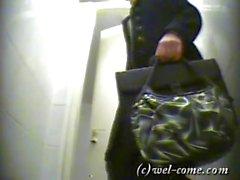 amateur plans rapprochés voyeur russe wc spy