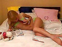 slaapkamer platte erotische tieten mager naakt tieners slanke tiener kleine borsten