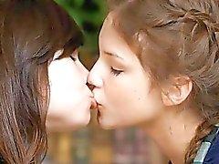 dedilhado garota com garota beijando