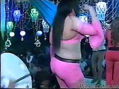 brunette dansen publiek