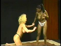 amatööri isot tissit blondi rotujenvälinen lesbo
