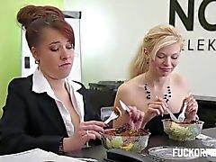 coppia sesso vaginale sesso orale biondo grandi tette