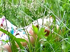 amateur brunette masturbatie natuur buiten