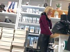 blond milf grande ass bulle de cul butt yoga pantalon spandex serré leggings en cuir
