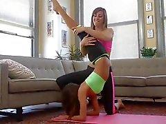 flexible lesbienne étudiant brunette