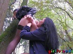 bombasse de stockage parc plongée brunette public lesbienne