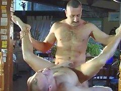homossexual jovens de idade no jardim