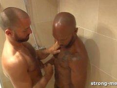 homens fortes chuveiro interracial big- dick big caralho