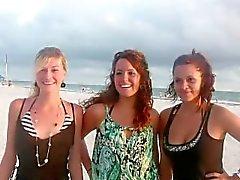 jovem morena piscando praia softcore