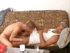 gay divano addormentato