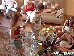 collegefuckparties adolescente joven colegio meando