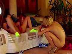 lesbo itsetyydytys blondi mustahiuksinen